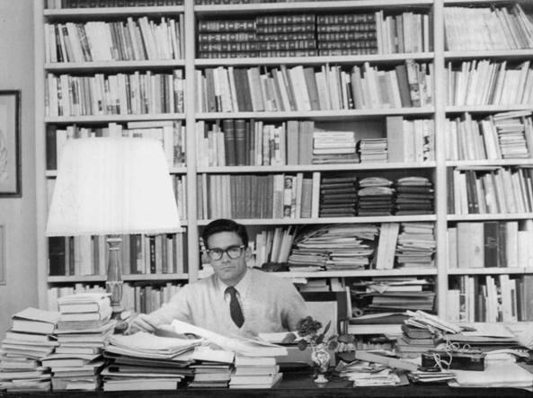 Pasolini e la sua biblioteca nella casa dell'Eur a Roma (Archivio Corsera)