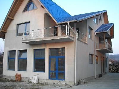 Constructii case si cladiri la gri