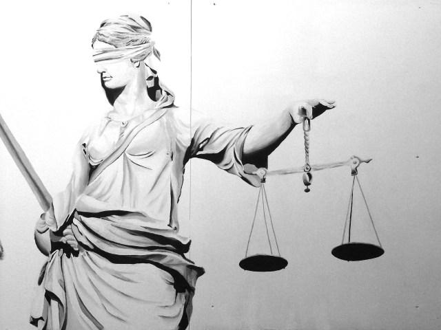 Base de datos de Psicología Jurídica y Forense. En la imagen aparece una estatua vendada y con una balanza en la mano, representando la figura de la justicia.