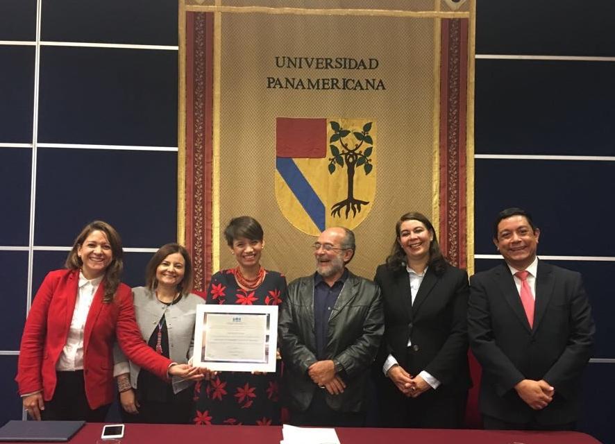Entrega de reconocimiento de reacreditación a UP Guadalajara
