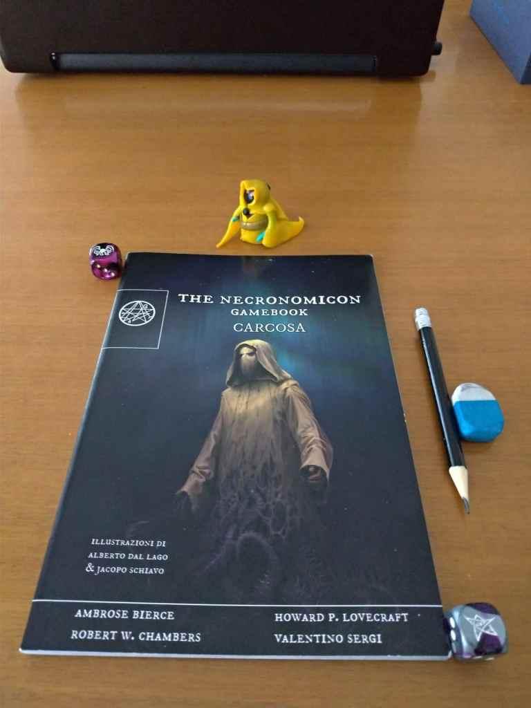 La copertina del libro ritrae il Re Giallo dal cui sudario spuntano tentacoli forieri di follia