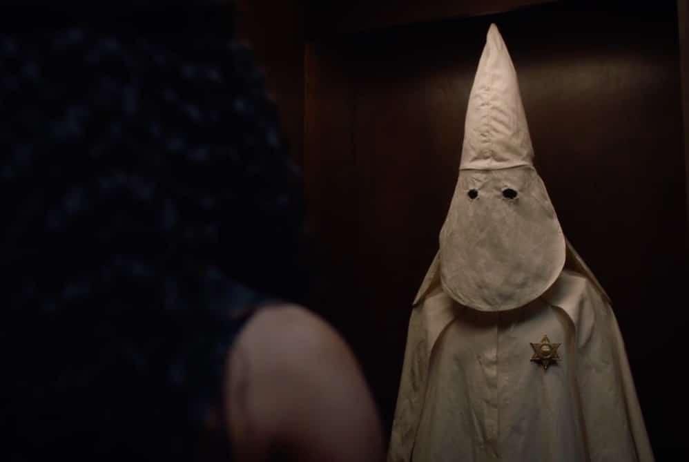 Angela scopre la veste del Ku Klux Klan di Judd