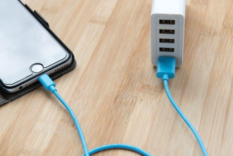Telefono collegato a un caricabatterie universale
