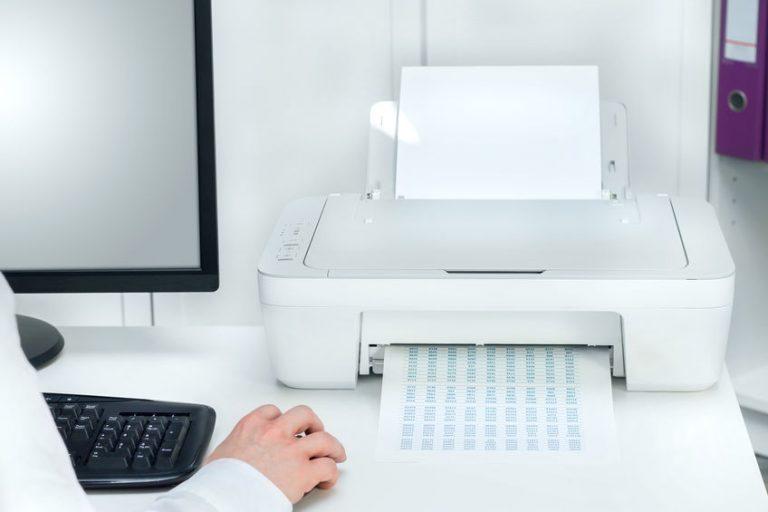 Una stampante bianca