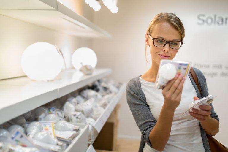 Donna che sta scegliendo le lampadine