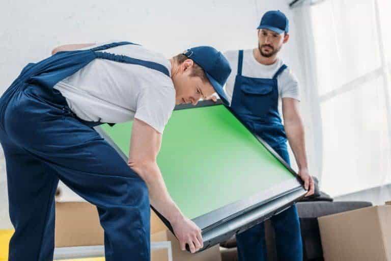 Uomini che sorreggono uno sfondo verde