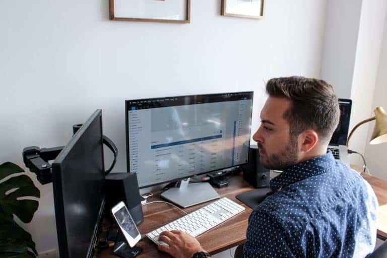 Uomo davanti a due monitor