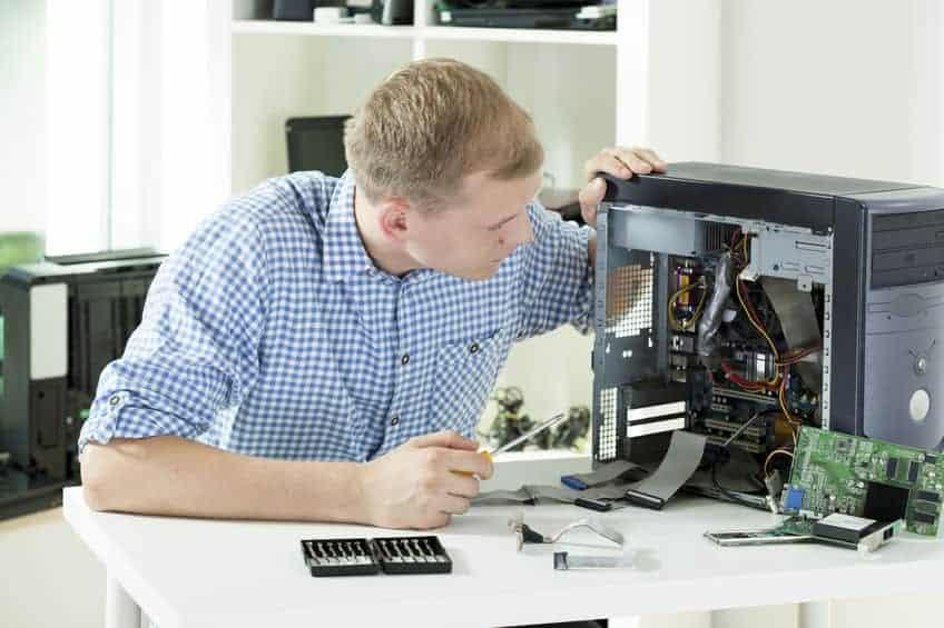 Tecnico che ripara PC