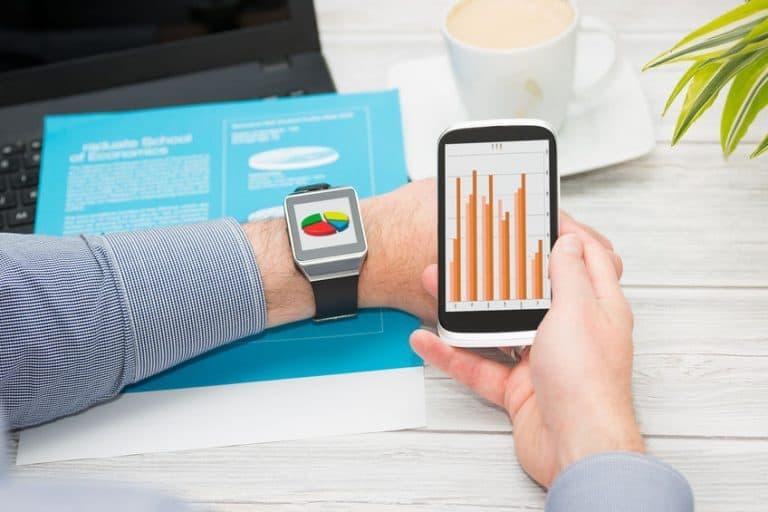 Smartwatch vicino a telefono