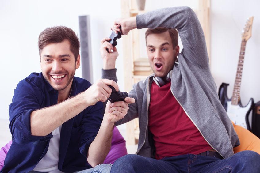 Due amici che giocano con il joystick