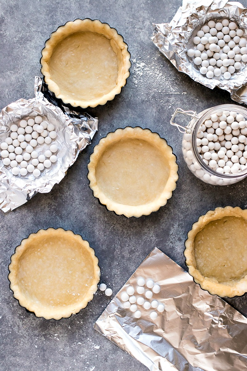 Small pastry dough cups filled with pie weights