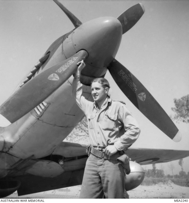 1945, ritratto dell'ufficiale di volo Bill Purssey di Brisbane davanti al suo Mustang. Pilota del 3° Squadron RAAF.