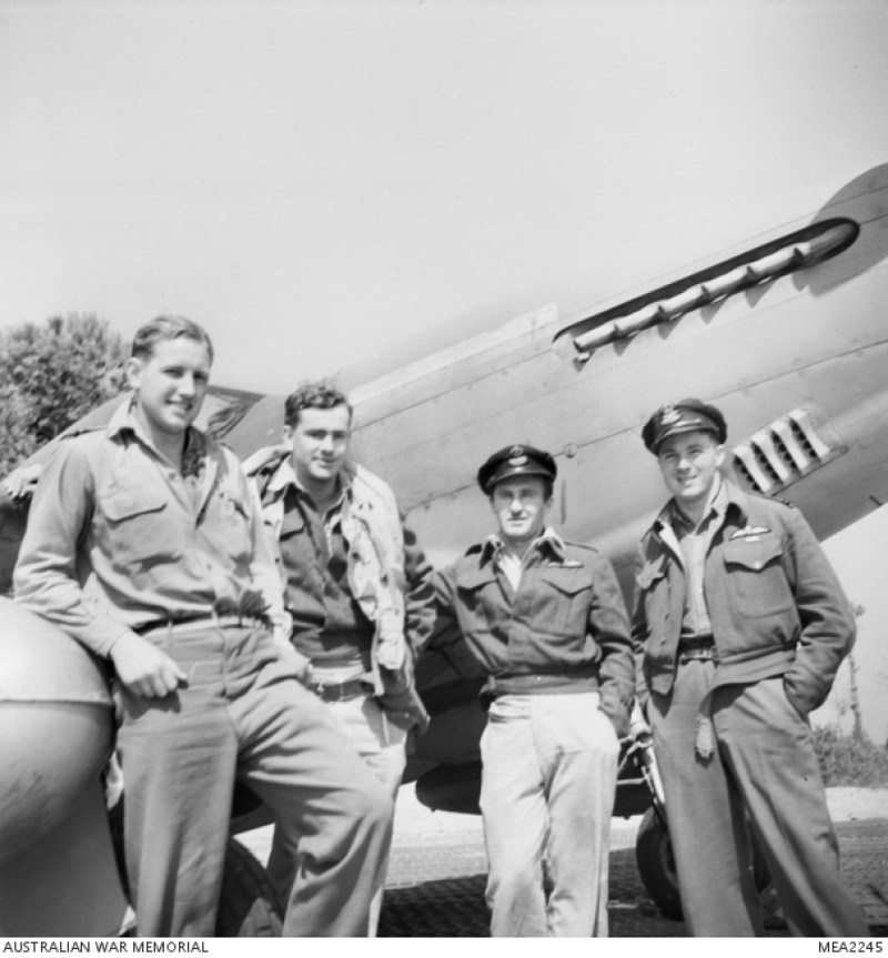 1945, membri del 3° Squadron RAAF davanti ad un North American P51 Mustang. Da sinistra: Flying Officer I.G Purssey, maresciallo J.B. Taylor, Flying Officer B. Burton e il capitano A.F. Lane.
