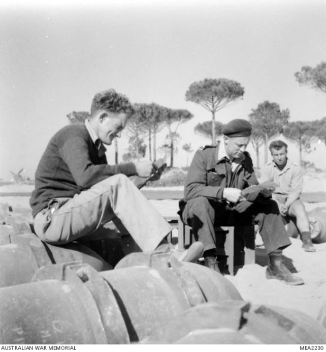 Marzo 1945, uomini del personale di terra del 3° Squadron RAAF leggono le lettere con le ultime notizie dalle loro famiglie.