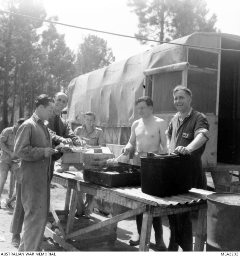 Marzo 1945, con l'offensiva di primavera in pieno svolgimento, le due squadriglie di caccia bombardieri RAAF della Desert Air Force sono state molto impegnate dalla mattina presto fino a tarda notte, in stretto sostegno all'Ottava Armata nella Pianura Padana. In questa foto il personale di terra della Desert Harassers del 450° Squadron RAAF sta prendendo un pasto frettoloso tra le operazioni di routine.