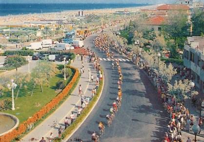1985, Giro d'Italia a Cervia davanti al Grand Hotel