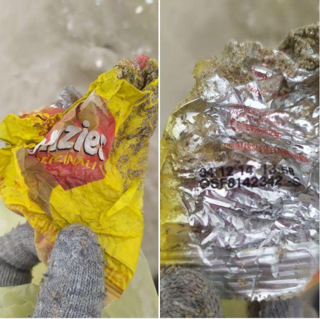 rifiuti di plastica in spiaggia a cervia