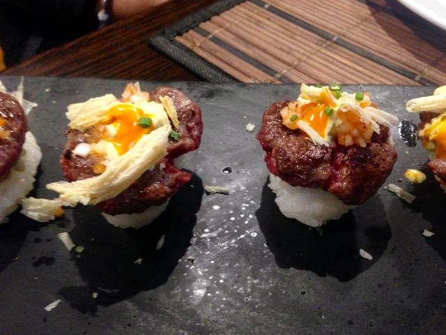 Nigiri-hamburguesa de wagyu, rocoto y azul