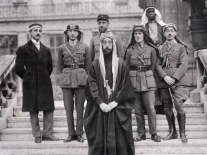 La délégation du Prince Fayçal au Traité de Versailles, 1919. En uniforme et keffieh, deuxième en partant de la droite, Laurence d'Arabie