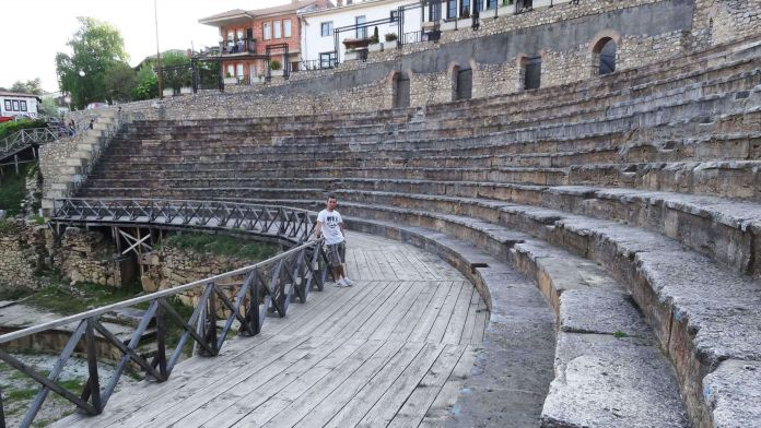 Makedonya Ohri Antik Tiyatrosu ohri gezi rehberi Ohri Gezi Rehberi Makedonya Ohri Antik Tiyatrosu 696x392