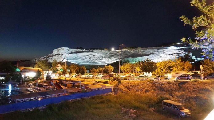 Pamukkale Travertenleri Gece Manzarası pamukkale gezi rehberi Denizli   Pamukkale Gezi Rehberi Pamukkale Travertenleri Gece Manzaras