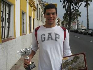 Vicente Matoso, con los trofeos de vencedor absoluto y mejor juvenil
