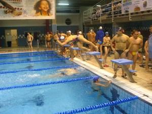 La prueba de relevos 100x100 tuvo lugar en la piscina del 'Guillermo Molina'