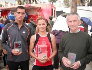 Mouad Dahani, Samira Mhamdi y Saturnino García, a la conclusión de la carrera de Tarifa