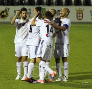 Pineda es felicitado tras conseguir su tercer gol con el Atlético de Ceuta