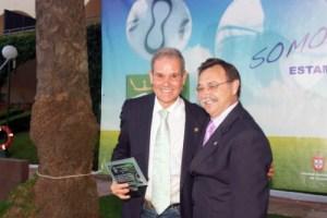 Maimon Abdelkrim, tras recibir una placa de manos del presidente Vivas en una gala de la FFC