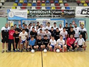 La selección cadete de fútbol sala y la plantilla del Ceutí FS posan en el Guillermo Molina