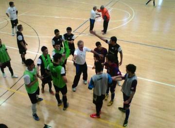 Carli media entre sus jugadores y los de la Peña Barcelonista en una de las tanganas que se han producido en el derbi