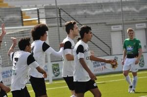Los blanquinegros celebran uno de los siete goles marcados ante el Coronil
