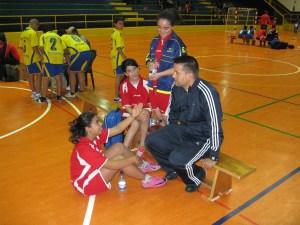José María Ramírez junto a algunas de sus jugadoras