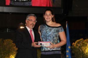Lorena Miranda recogió el premio de manos de Rafael Granados