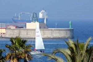 Una de las embarcaciones regresa al puerto ceutí una vez concluida la prueba