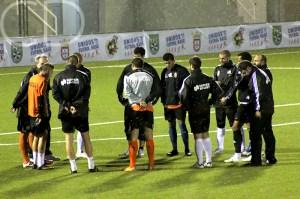 Álvaro Pérez charla con sus jugadores antes del partidillo del jueves