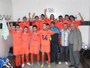 Los jugadores del Natación festejan el título infantil de fútbol