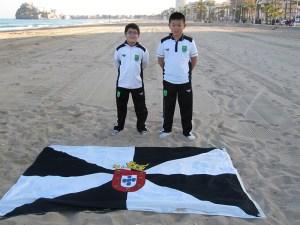 Javi Casanova y Ying Chen posan junto a la bandera de Ceuta