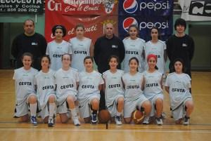 La selección de minibasket femenina con su cuerpo técnico