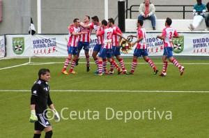 Garrido se lamenta de su error con los jugadores del Algeciras celebrando al fondo el 0-2