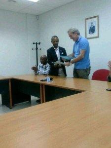 Momento de la firma del contrato de Goikoetxea como nuevo seleccionador de Guinea Ecuatorial