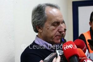 Álvaro Pérez, como es habitual, ha atendido a los periodistas de pie para que no se vea la publicidad de la FFC en la sala de prensa
