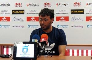 El ex jugador de la AD Ceuta y ahora entrenador algecirista, Manolo Sanlúcar, durante una rueda de prensa