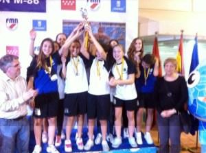 Las chicas de Ceuta, con sus medallas de bronce, levantan la copa que les acredita como terceras de España