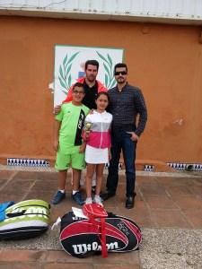 Liriah posa con su trofeo junto a su padre Yasin, el entrenador personal Andreas y Zacaría