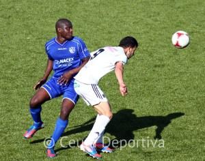 Ismael disputa un balón con el fancés del Alcalá Alí