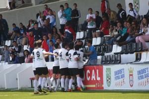 Los jugadores del Ceutí celebran el gol de Chakir, uno de los jugadores que termina su etapa juvenil
