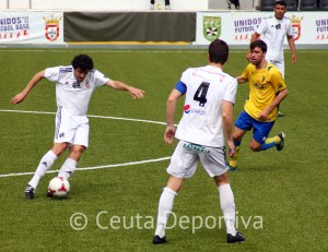Carmelo despeja el balón durante el partido del pasado domingo ante el Cádiz B