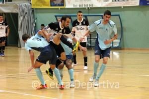 Mohamed, entre dos jugadores del CD El Ejido, en el partido de la primera vuelta
